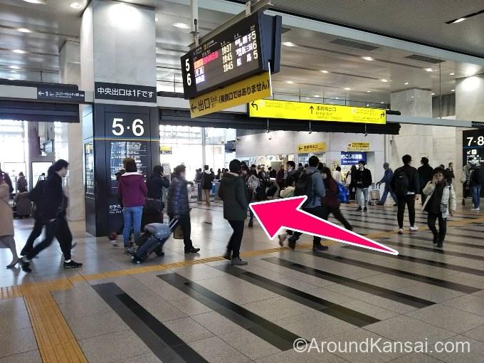 JR大阪駅 連絡橋出口の改札を出ます