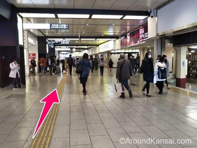 阪急・大阪梅田駅の構内をまっすぐ進みます