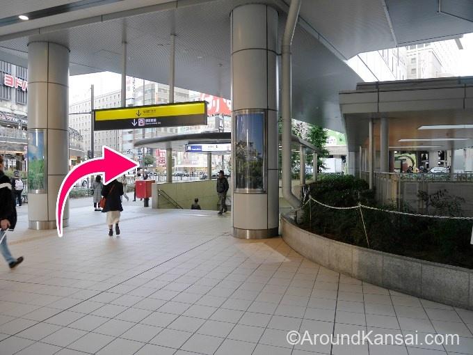 地下鉄入口をこえて、右へ曲がります