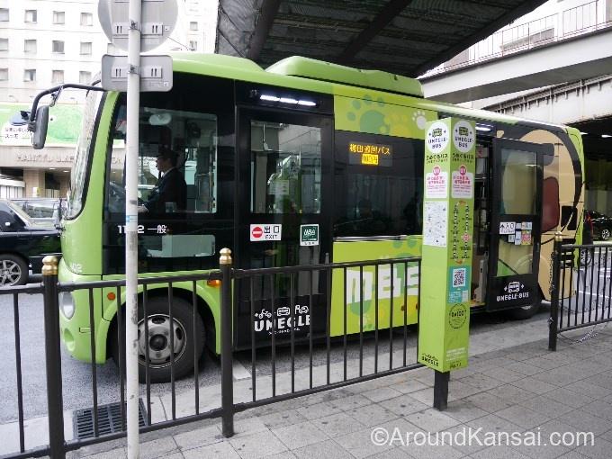 梅田を巡回している「うめぐるバス」大阪駅(東)停留所