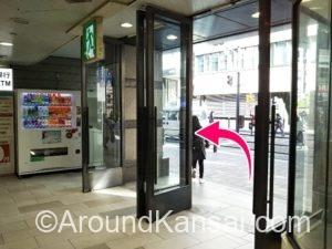 アフタヌーンティーの先にあるドアから外へ出ます