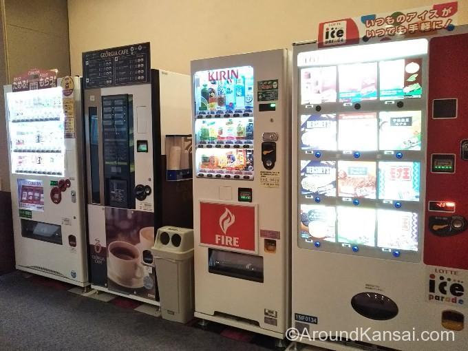 梅田芸術劇場のロビーにある自販機
