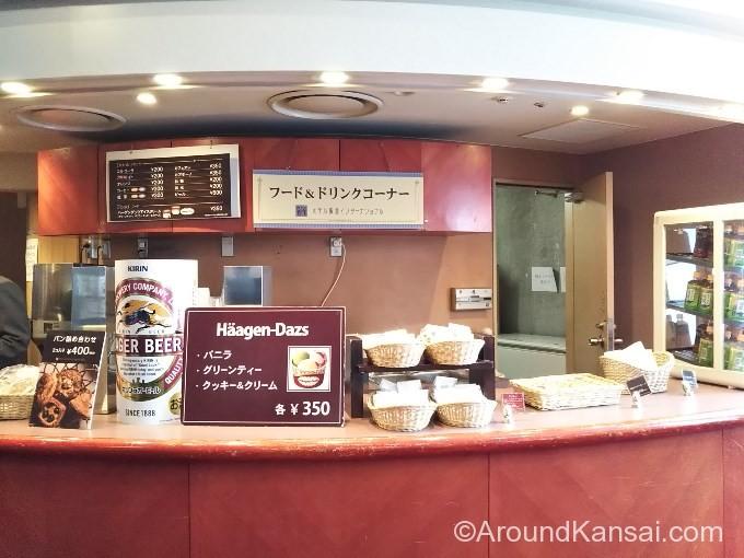 梅田芸術劇場のロビーにある売店