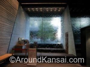 大きな窓には水が流れています